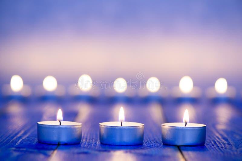 在行的三蜡烛光 免版税库存照片
