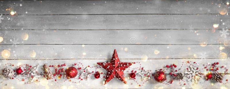 在行的圣诞节装饰品在木的葡萄酒 库存图片