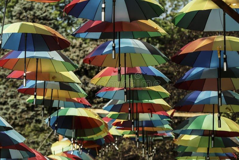 在行的垂悬的五颜六色的伞 免版税库存图片