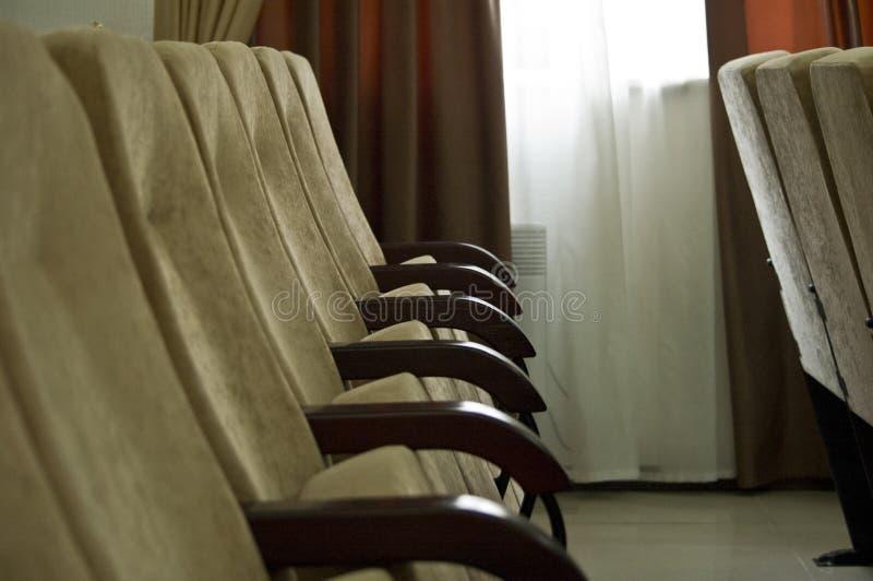在行的扶手椅子在会场倒空 库存图片