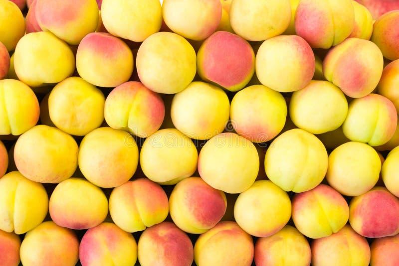 在行的桃子 免版税库存照片