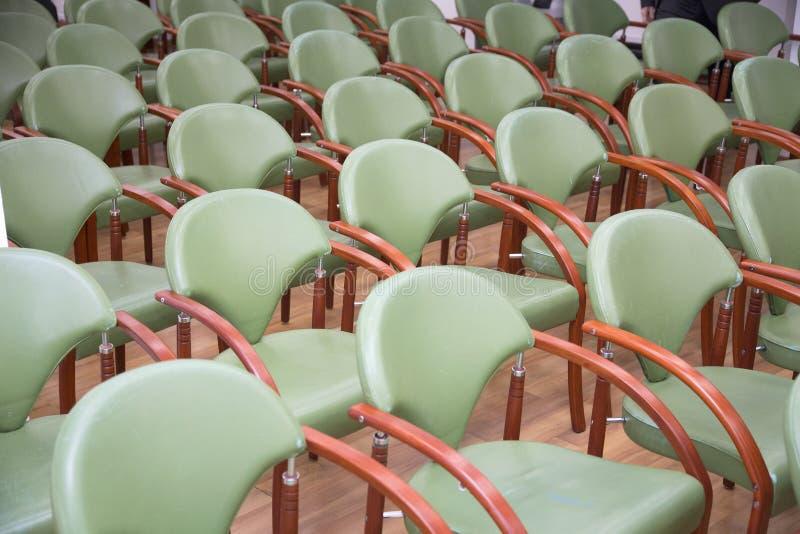 在行的空的会议椅子在企业屋子 图库摄影
