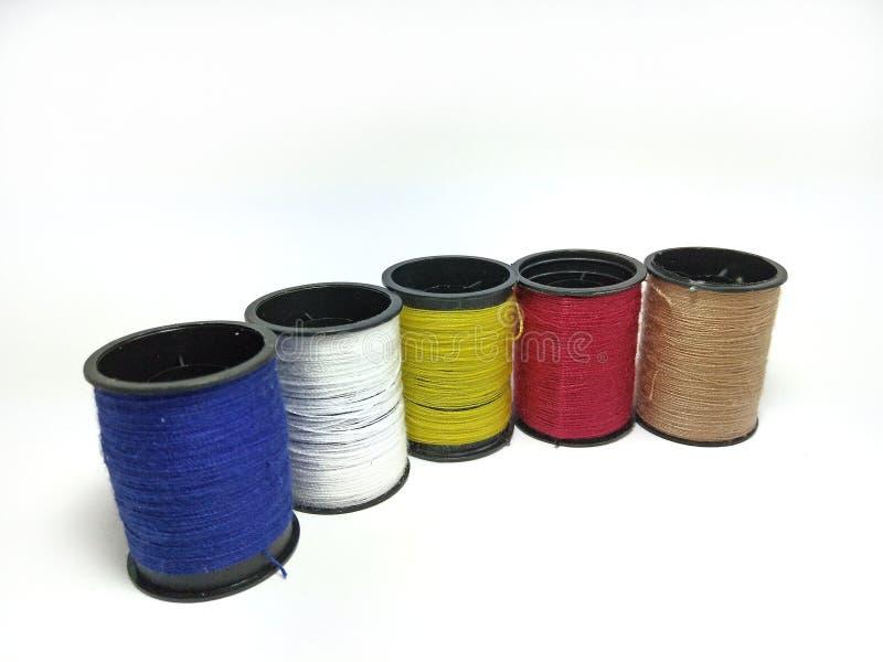 在行的被隔绝的多彩多姿的缝合针线卷轴的特写镜头  图库摄影
