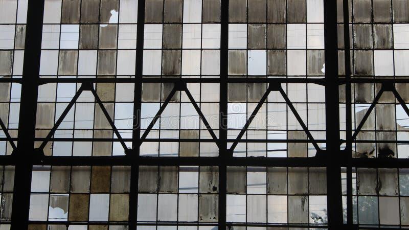 在行视窗里面的被放弃的大厦 免版税库存图片