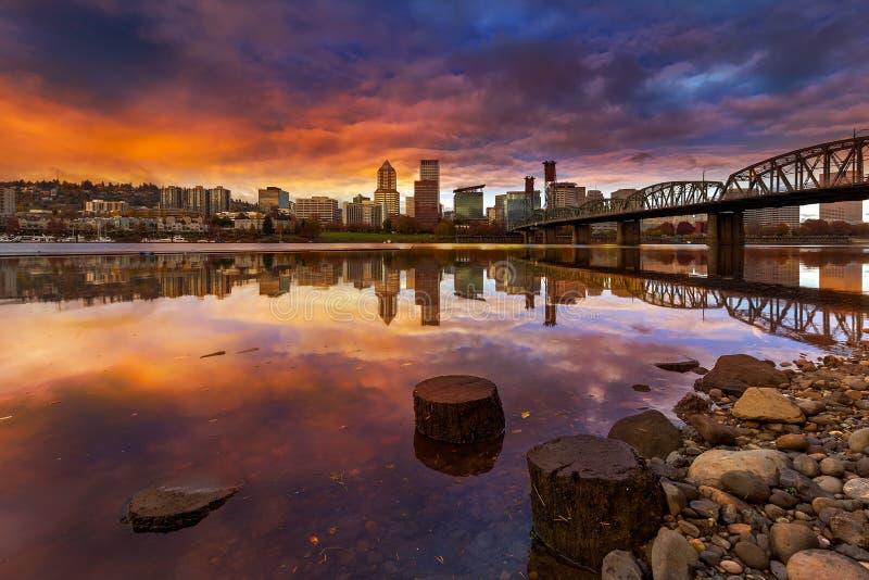 在街市波特兰俄勒冈江边的美好的日落沿威拉米特河 免版税库存照片