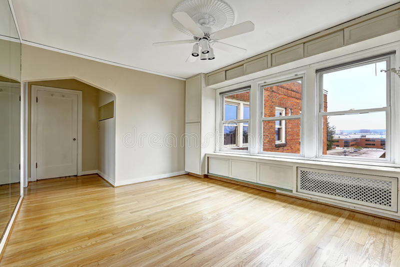 在街市老居民住房的空的公寓内部 库存照片