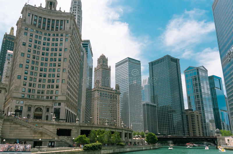 在街市芝加哥的街道上的大厦  免版税图库摄影