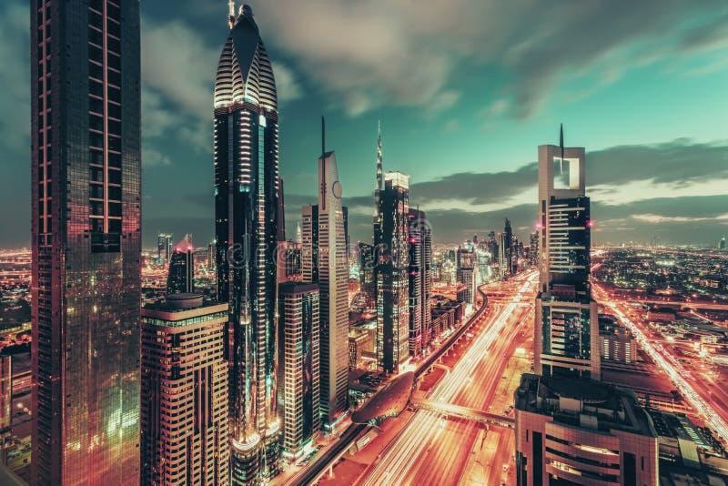 在街市迪拜,阿拉伯联合酋长国的空中夜间视图,有著名高速公路的 图库摄影