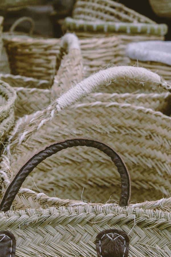 在街市集会上手工制作的柳条篮 工艺品的概念,销售独特的东西,传统文化 生态 免版税库存图片