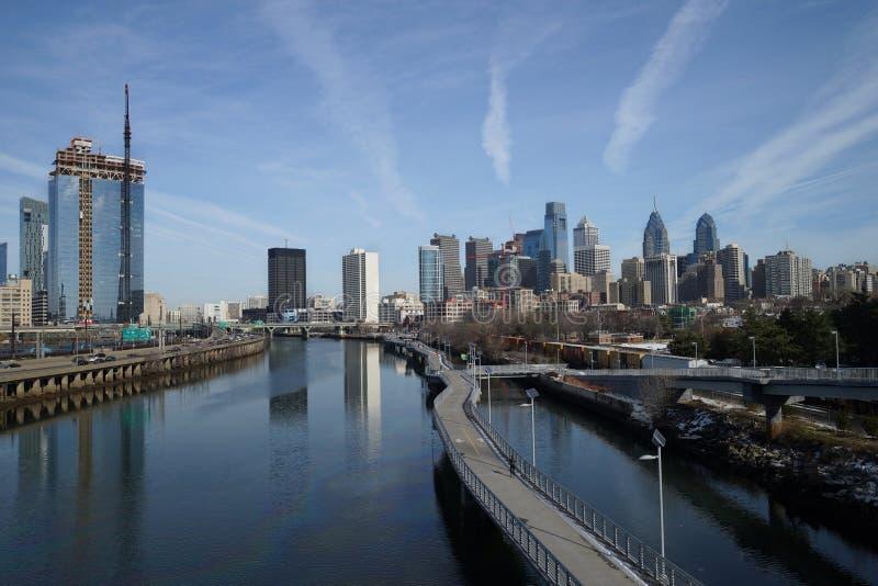 在街市费城的白天看法从Schuylkill河边 免版税库存图片