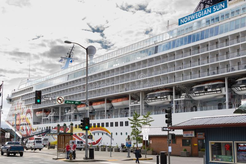 在街市Ketchikan靠码头的挪威NCL太阳游轮,阿拉斯加 免版税库存图片