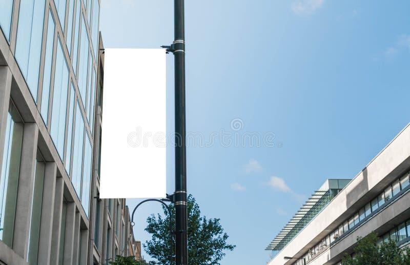 在街灯白天的空的广告牌 库存图片