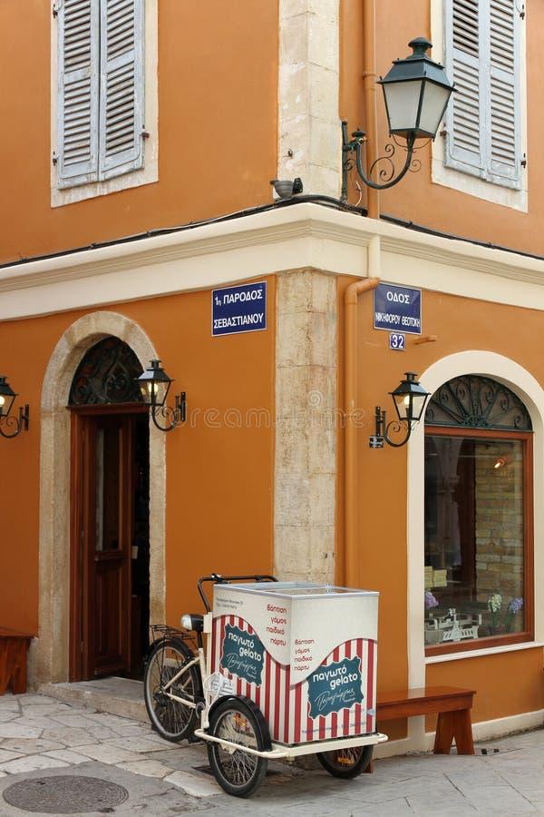 在街角在科孚岛,老镇的冰淇淋推车 库存图片