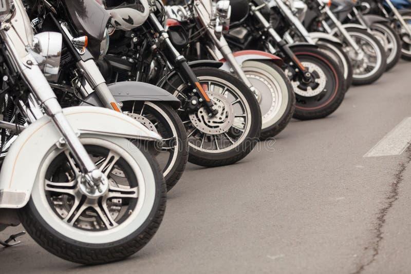 在街道上停放的摩托车行  免版税库存照片