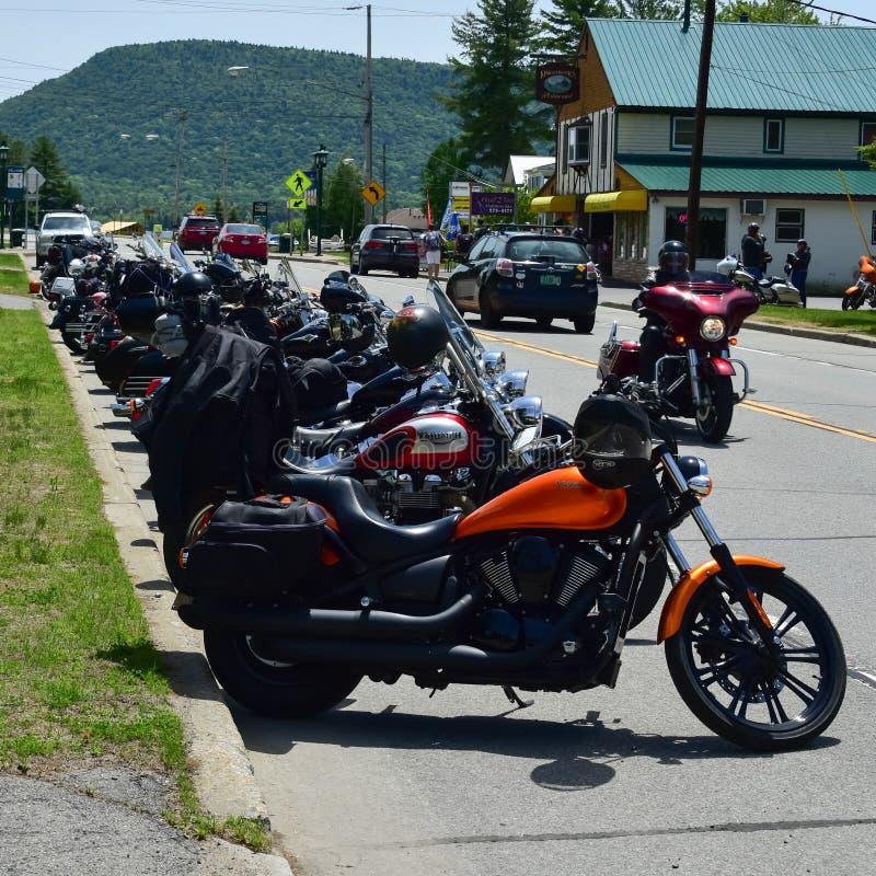 在街道上停放的摩托车 免版税图库摄影