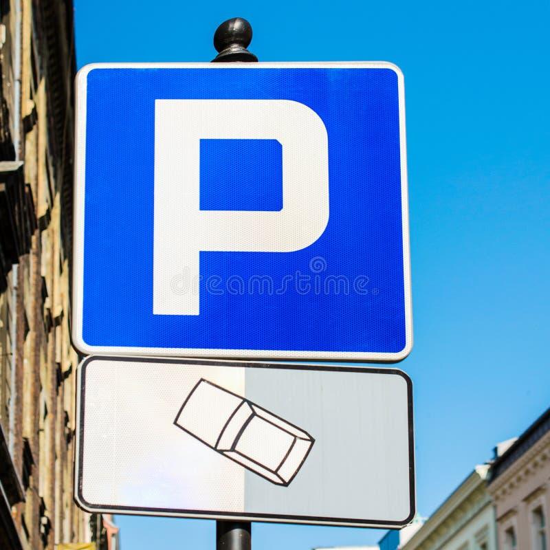 在街道上停放的标志 正方形 免版税库存照片