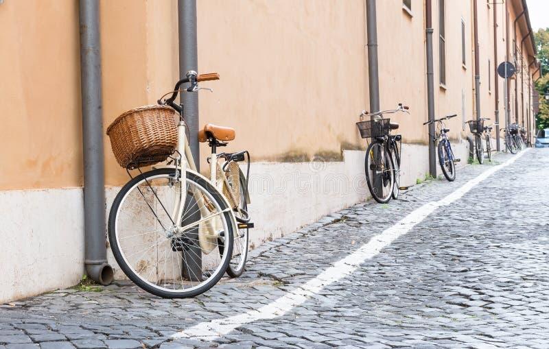在街道上停放的自行车在罗马 库存照片