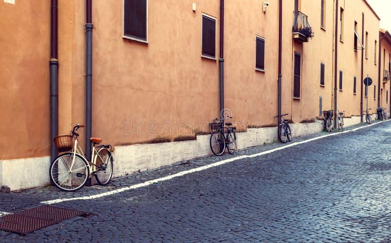 在街道上停放的自行车在罗马 免版税库存图片