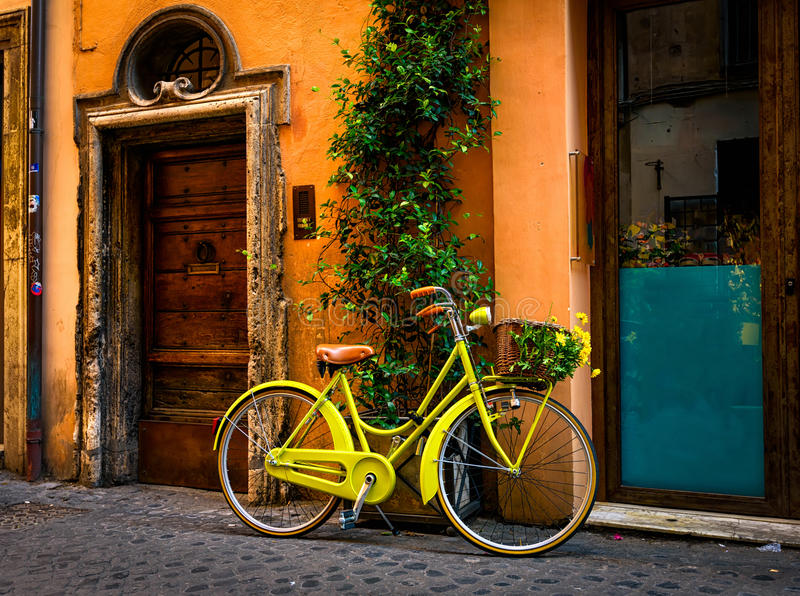 在街道上停放的自行车在罗马 图库摄影