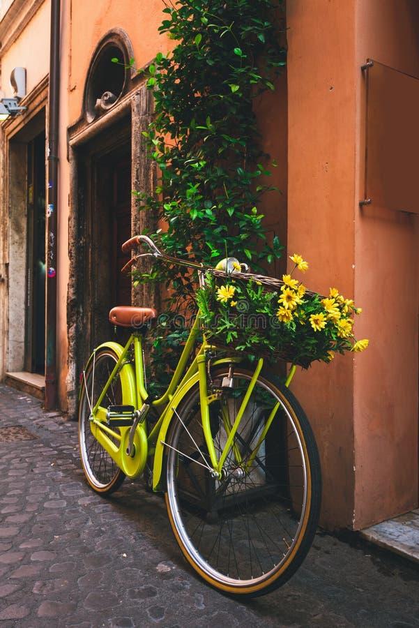 在街道上停放的自行车在罗马 免版税图库摄影
