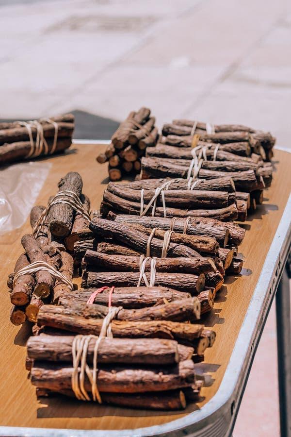 在街道上卖的被栓的欧亚甘草根棍子 库存图片