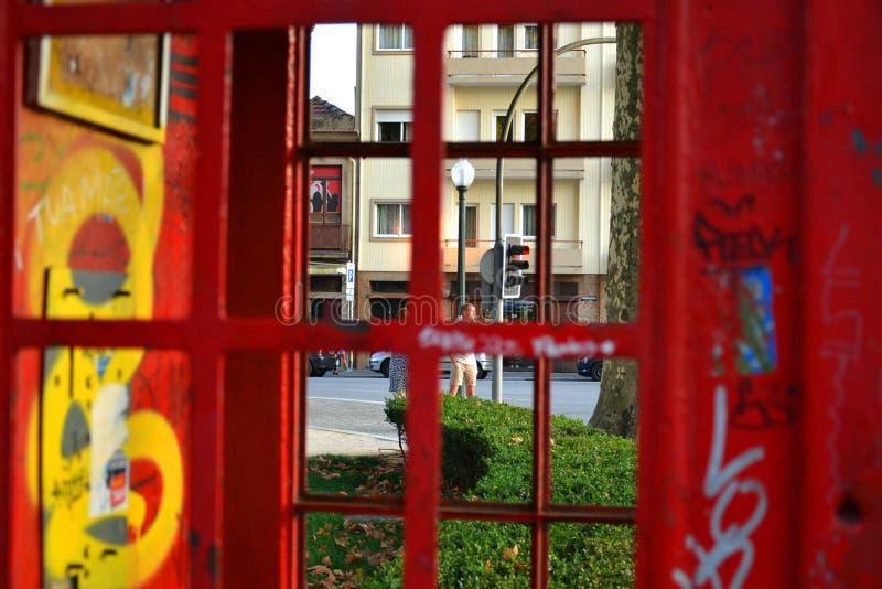 在街道上的一个红色电话亭 免版税图库摄影