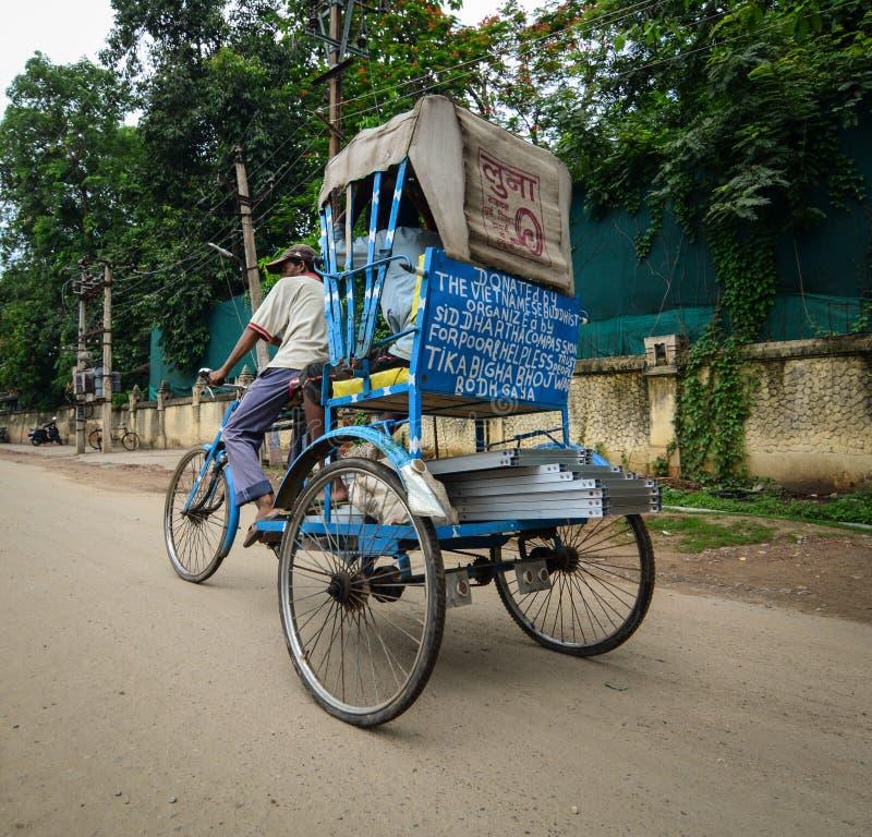 在街道上的一辆人骑马三轮车在Bodhgaya,印度 库存图片