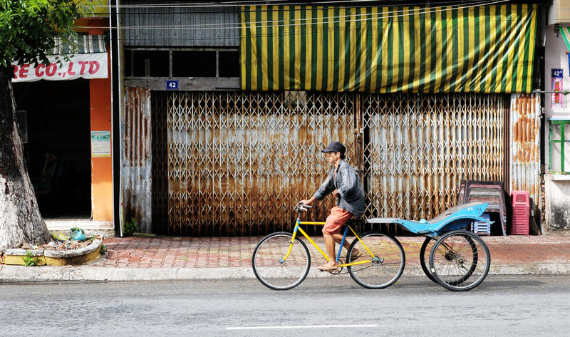 在街道上的一辆人骑马三轮车在Chaudok,越南 免版税库存图片