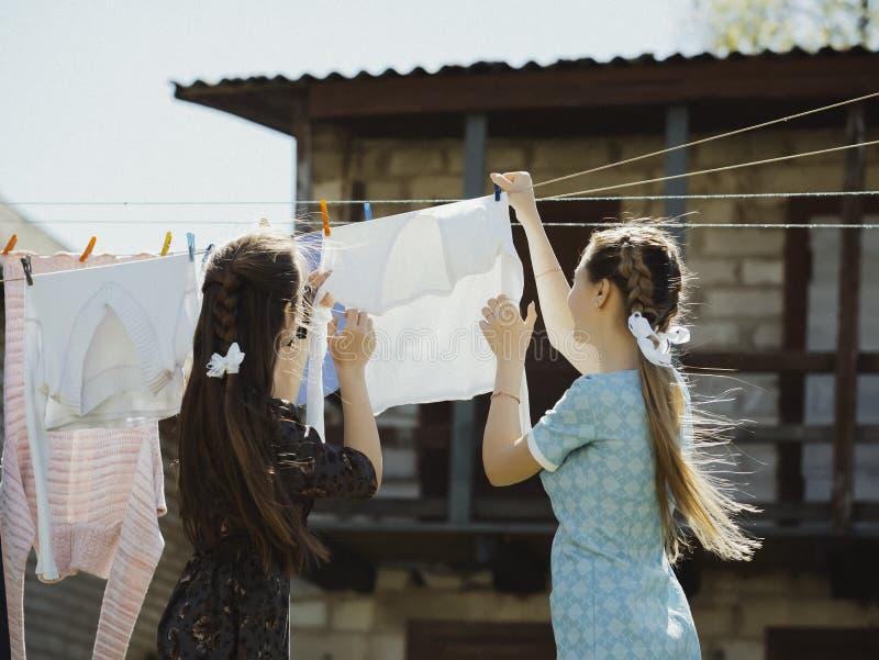 在街道上的两件女孩干燥衣裳 库存照片