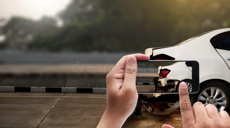 在街道上的事故,损坏的汽车采取照片车祸ac 图库摄影