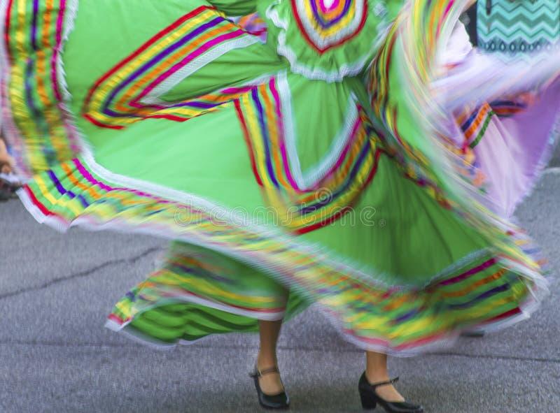 在街道上的五颜六色的墨西哥舞蹈礼服 免版税库存图片