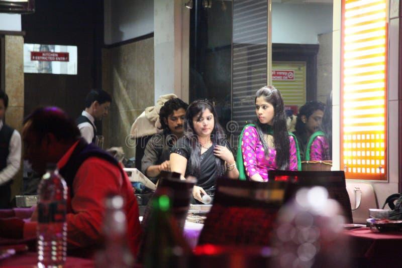 在街道上的人们,艾哈迈达巴德,印度2013年 库存图片