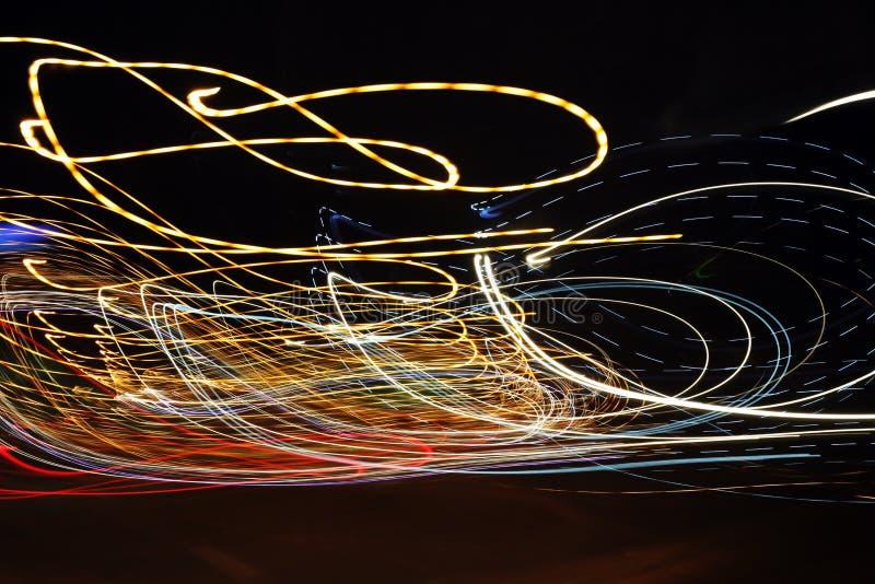 在街道上的光在晚上,当汽车移动时 库存照片