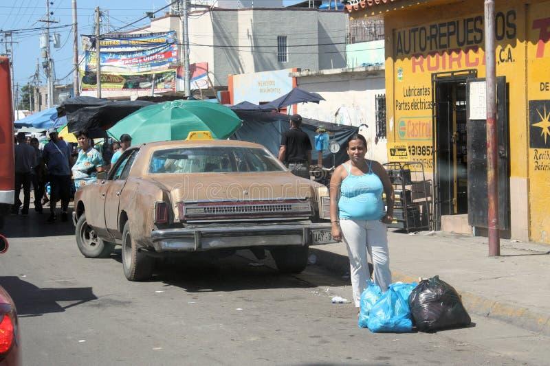 在街道上的典型的汽车在Cumana市 库存图片