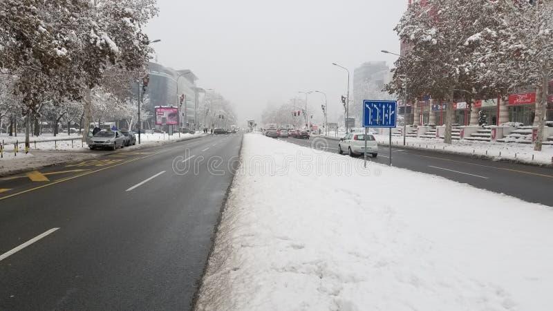 在街道上的冬天在城市 免版税库存照片