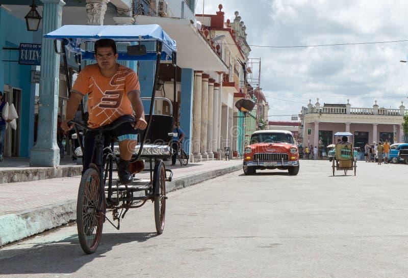 在街道上的出租汽车自行车-古巴 库存图片