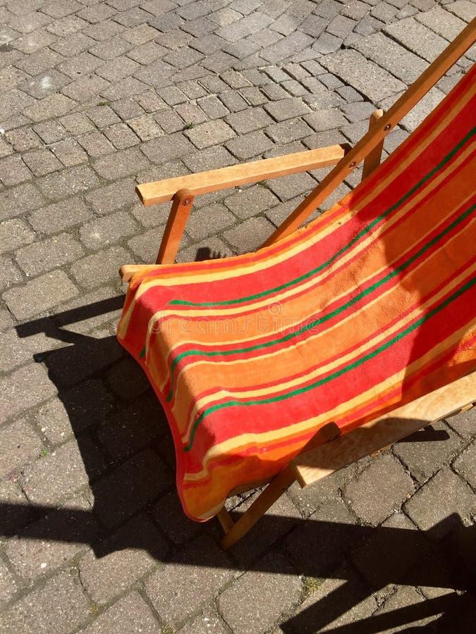 在街道上的可折叠的室外海滩睡椅 图库摄影