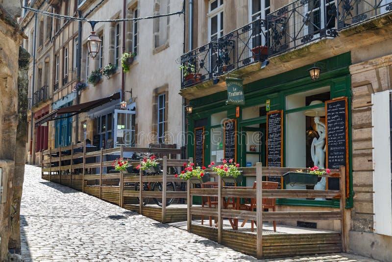 在街道上的咖啡馆在Autun镇,法国的历史的中心 库存照片