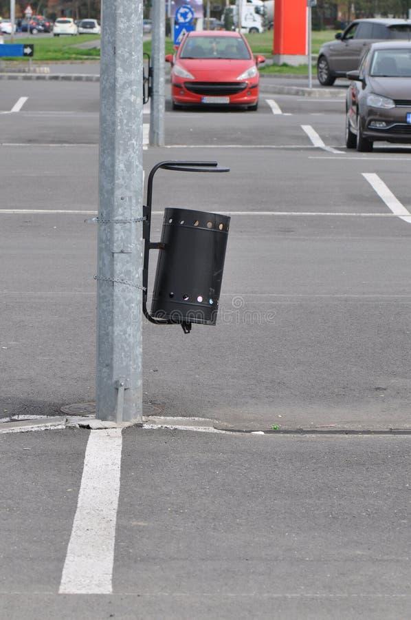 在街道上的大型垃圾桶 免版税图库摄影