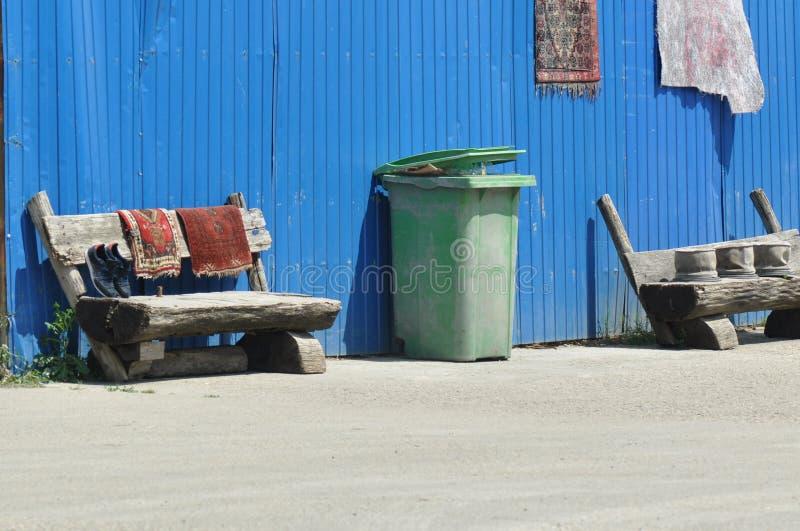 在街道上的大型垃圾桶 库存照片
