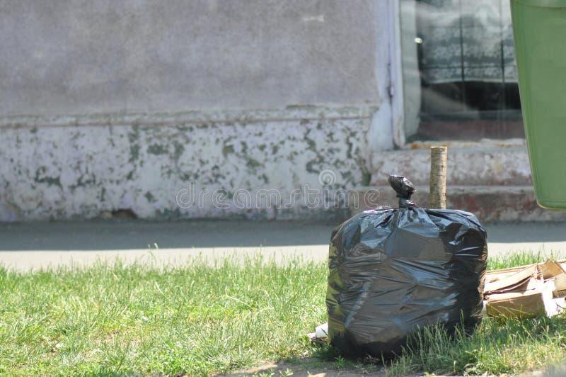 在街道上的大型垃圾桶 库存图片