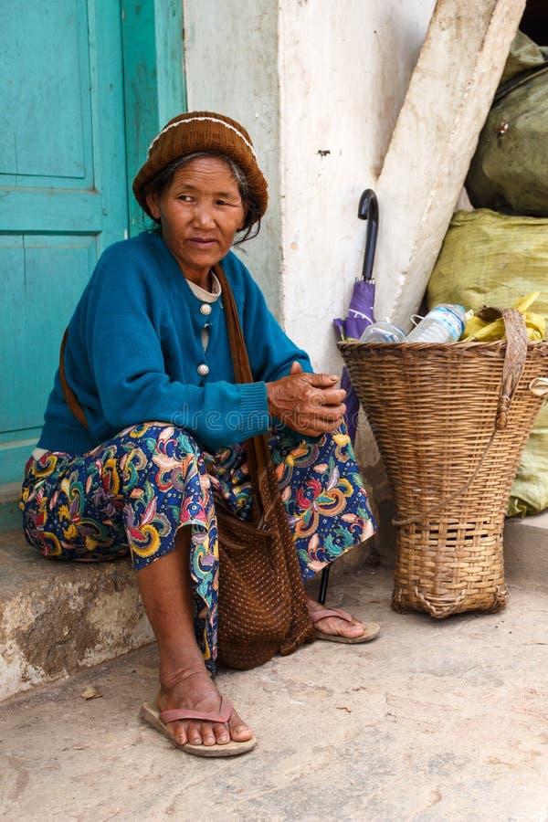 在街道上的夫人在Falam,缅甸(缅甸) 库存图片