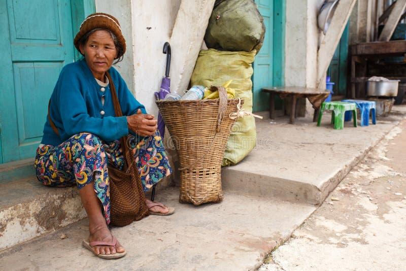 在街道上的夫人在Falam,缅甸(缅甸) 免版税图库摄影