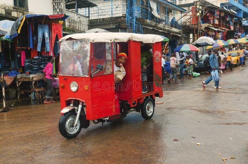 在街道上的奇怪的汽车在蒙罗维亚 免版税库存照片