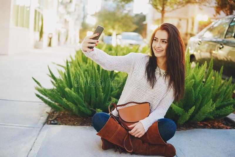 在街道上的女孩浅黑肤色的男人 图库摄影