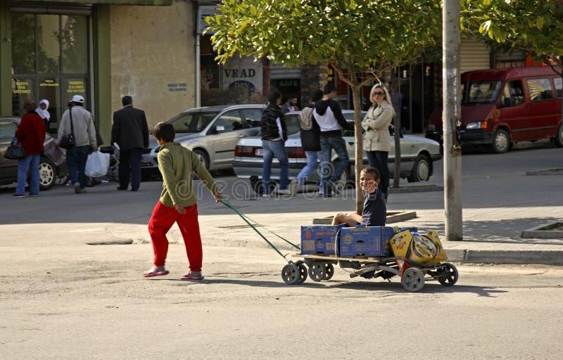 在街道上的孩子在斯库台 通风 免版税库存照片