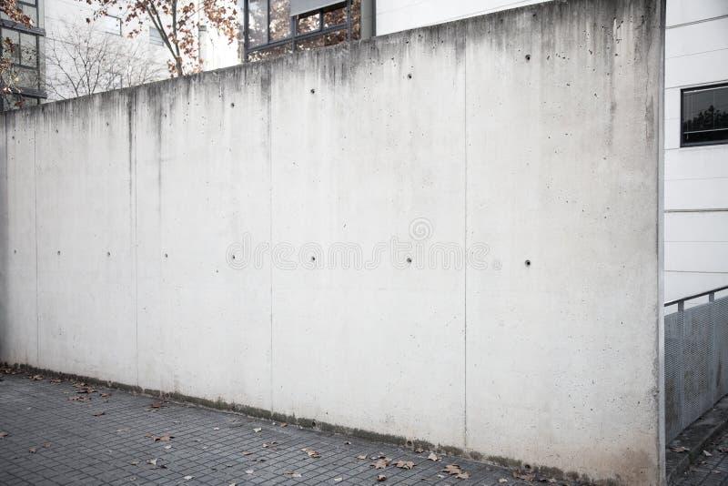 在街道上的宽和空的混凝土墙 免版税库存照片