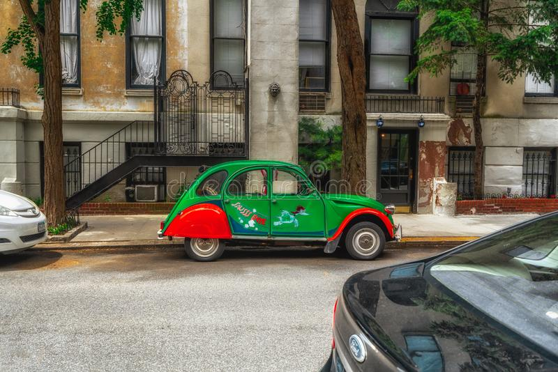 在街道上的小明亮的古板的汽车 曼哈顿,NYC 库存照片