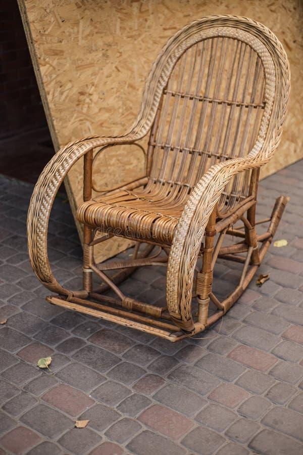 在街道上的布朗摇椅 免版税库存图片