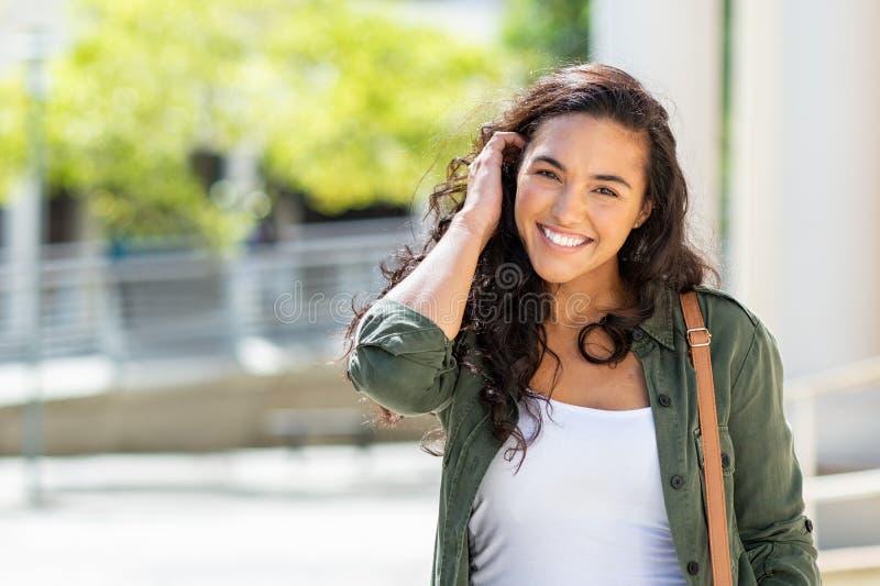 在街道上的愉快的年轻女人 免版税库存图片
